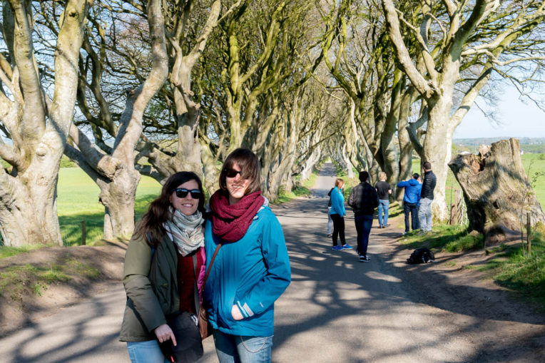 Laura y Cris en los Dark Hedges